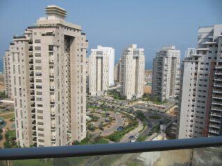 Комфортабельная четырехкомнатная квартира в районе Ир Ямим в Нетании