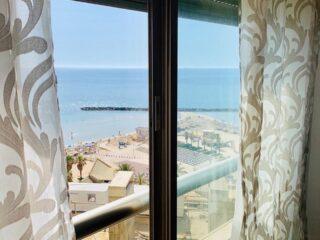 Аренда двухкомнатных апартаментов с видом на море в Натании