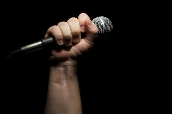 Исполнитель бардовской песни Юлий Ким на сцене Нетании
