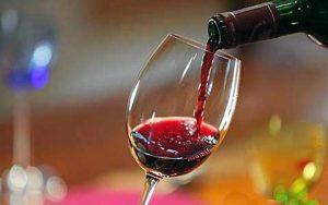Рош-а-Шана на винодельне с бокалом вина