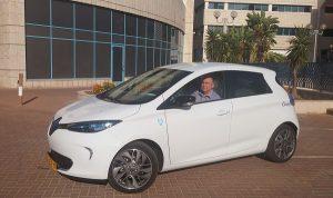 Член Городского Совета Эли Далаль в электромобиле