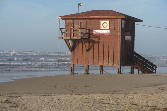 Загрязнения на пляже Полег