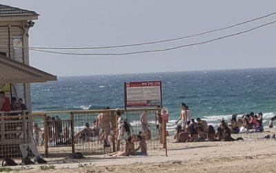 Тысячи отдыхающих на пляжах Нетании вопреки запрету