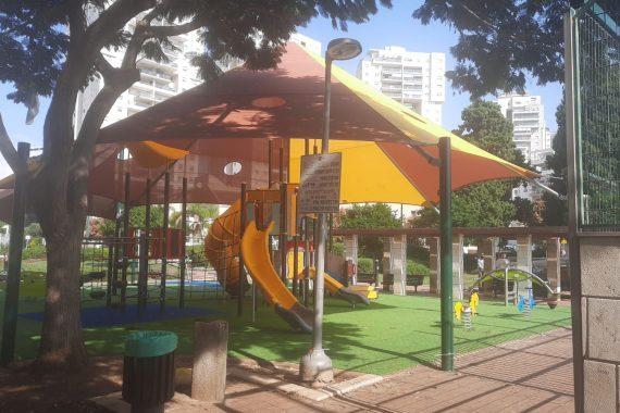 Теперь в Нетании детские парки доступны для людей с ограниченными возможностями