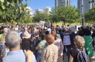 Прошла демонстрация против строительства на пляже Полег